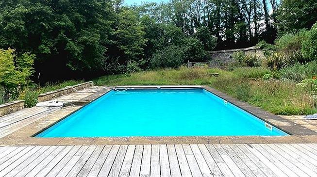 čistá voda v bazénu