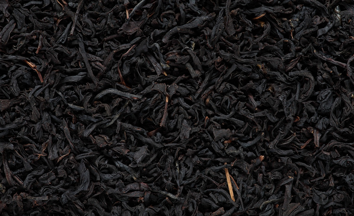 listy černého čaje