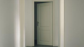 vrzání dveří
